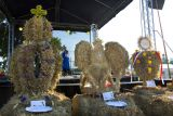 На празднике обязательно присутствуют сделанные из колосьев и цветов украшения