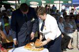 Хлеб, которым все собравшиеся делятся друг с другом, - один из самых символичных элементов Дожинок
