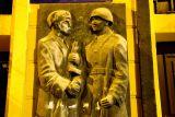 Познань. Советский и польский солдат. Барельеф в центре города