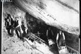 Горняки во время добычи соли